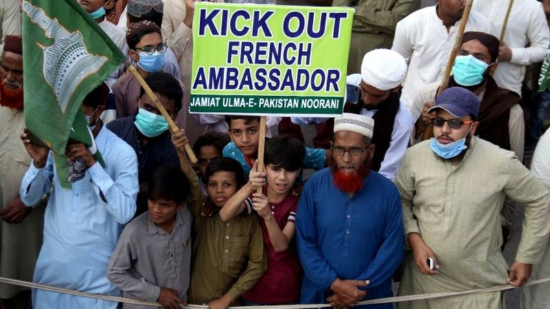 Pakistan 'to boycott French products' over cartoons