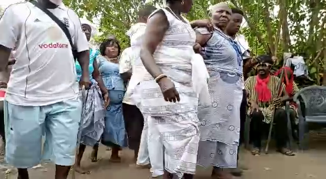 Gomoa chiefs storm Apam sea; sacrifice cow, sheep, fowls and schnapps to angry gods [Photos] 4