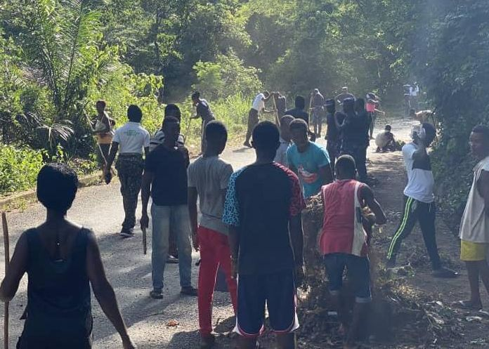 Immigration Service officers and Leklebi residents clean community