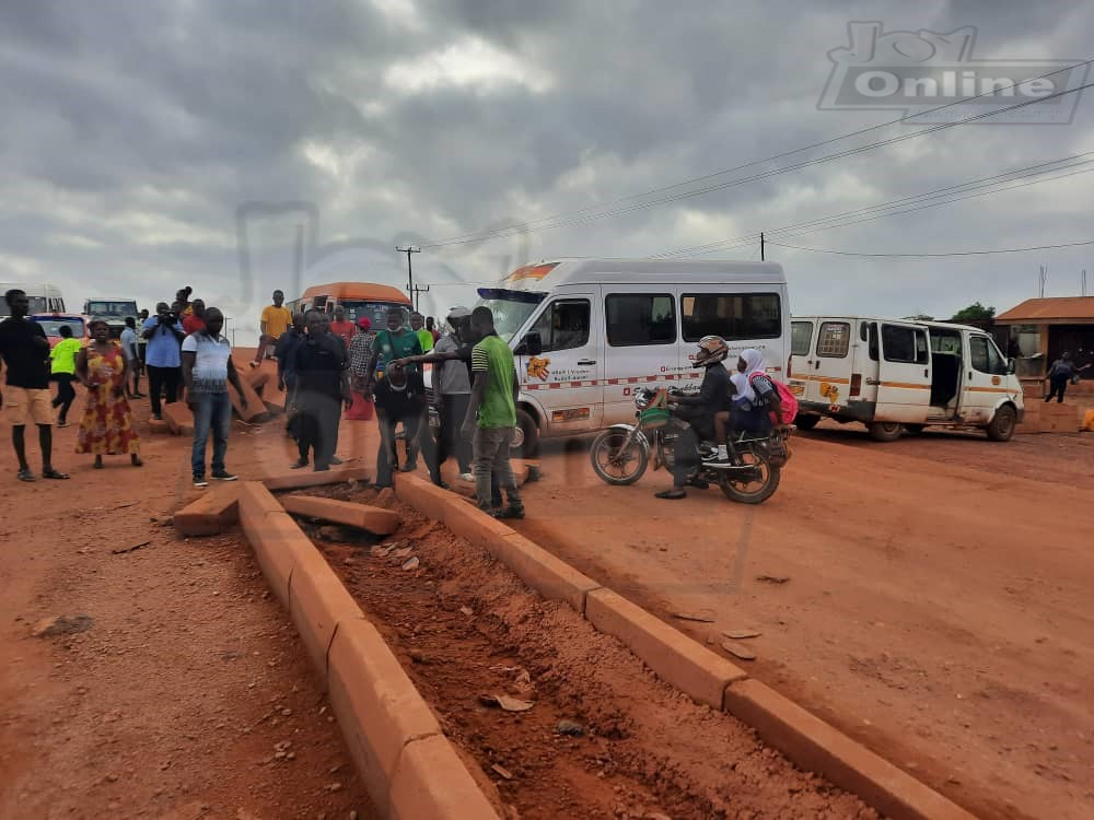 Residents of Atwima Kwanwoma block major road while in protest over stalled construction