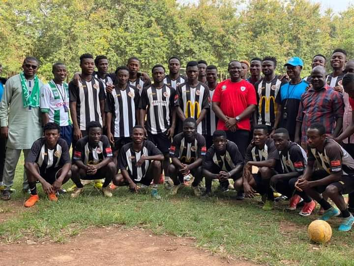 Campaigner presents cash to Bofoakwa Tano to aid Premier League qualification