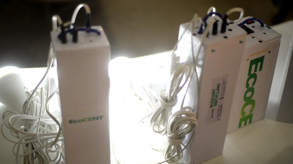 Un ingénieur ghanéen construit une banque d'alimentation pour ordinateurs portables, téléphones et ampoules